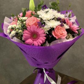 сборный букет из лилии, хризантем, роз, гербер