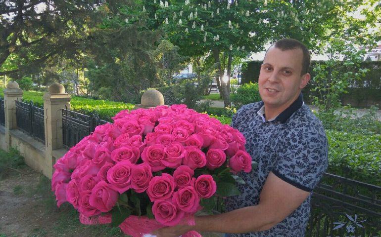 Менеджер Иван с розами