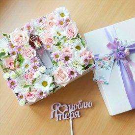 цветочный подарок с женской туалетной водой
