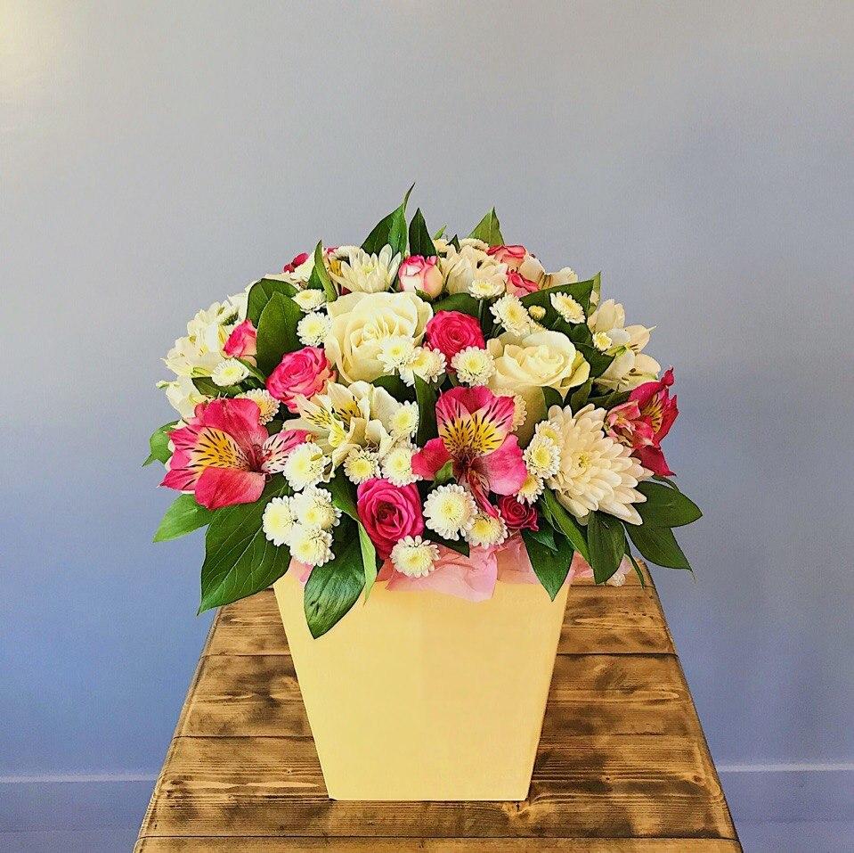 Стильная цветочная композиция в коробочке из разных цветов