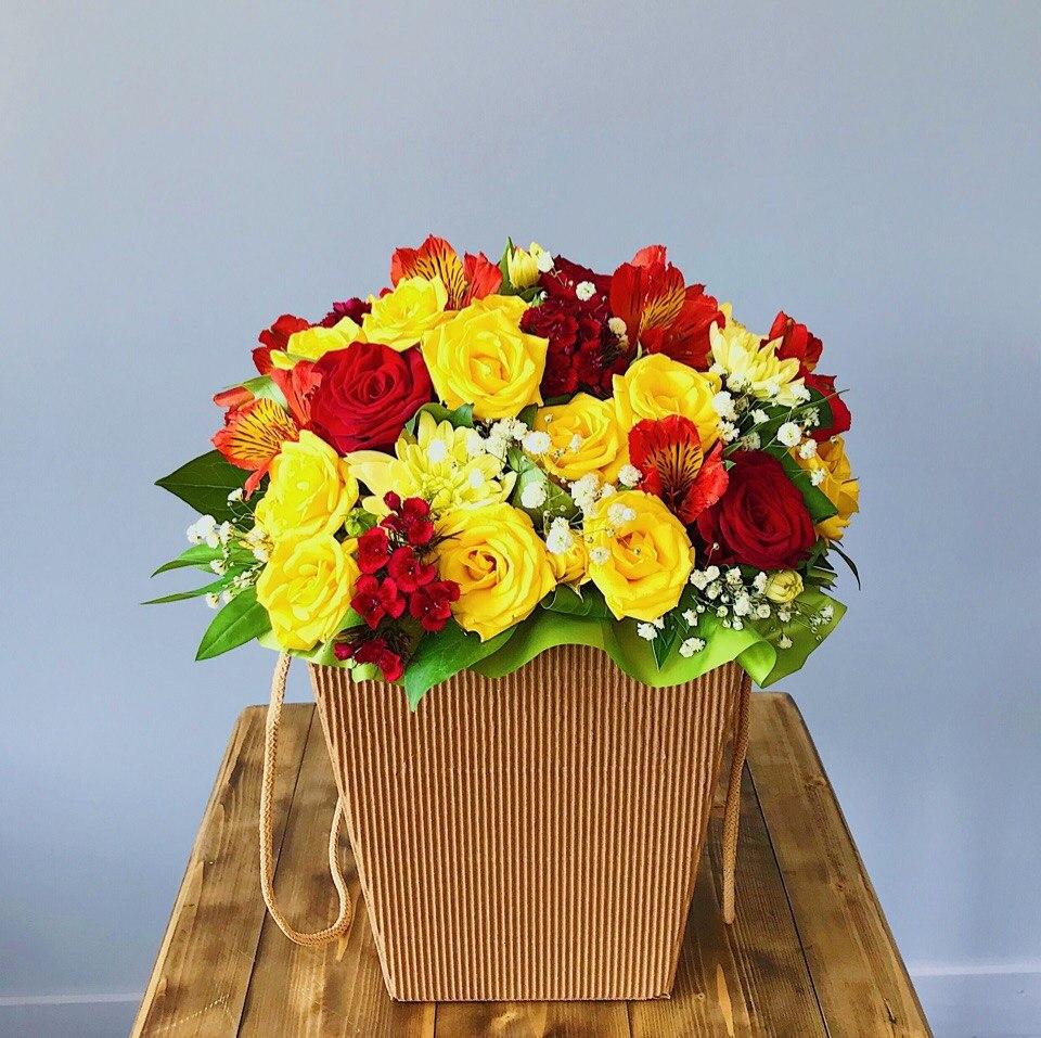 Яркая, очень яркая коробочка из роз и хризантем