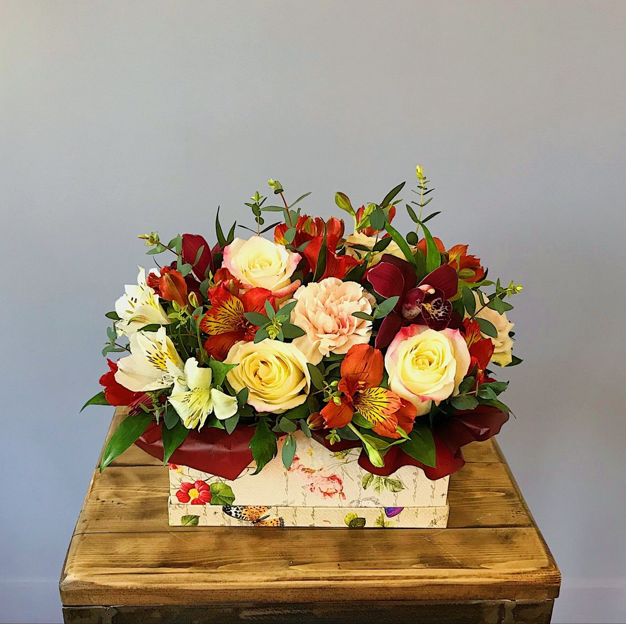 Яркая коробочка с орхидеями, розами, альстромерией