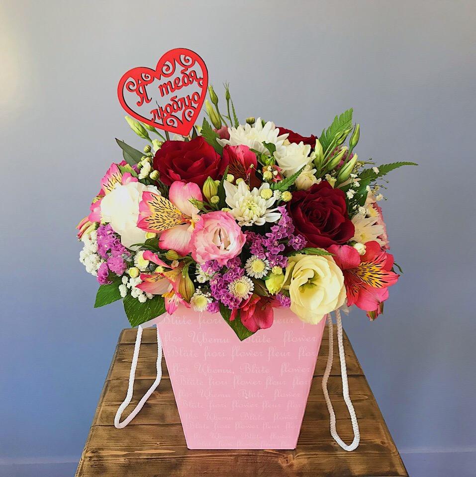 Оригинальный цветочный подарок с розой и эустомой