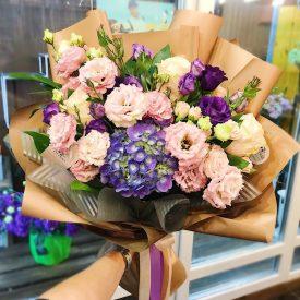 букет с синей гортензией, эустомой и розами