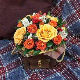 цветы в золотистом ящике