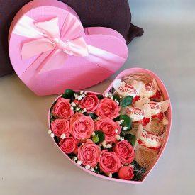 милая коробочка с розами и конфетами