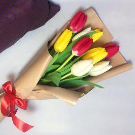 яркий букет тюльпанов