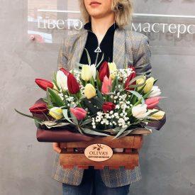 тюльпаны в деревянном ящике