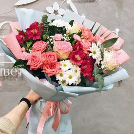 сборный букет с розами и хризантемой