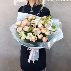 красивый букет с веточной розой и альстромерией