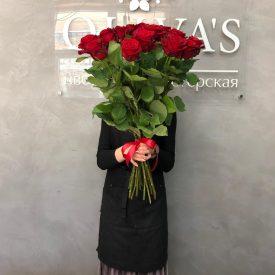 приятный букет из 15 красных роз