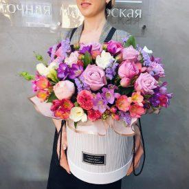 яркая шляпная коробочка с цветами