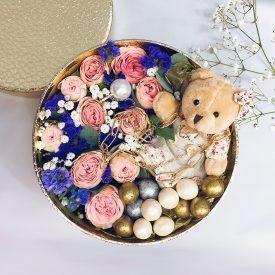 Нежная коробочка с цветами и конфетами