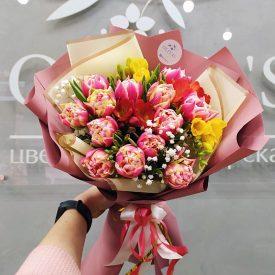 тюльпаны и фрезии