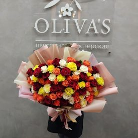Роскошный букет из 73 разноцветной розы